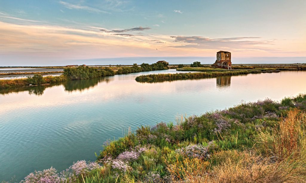 la-laguna-al-tramonto-nella-riserva-naturale-di-Comacchio_150836561